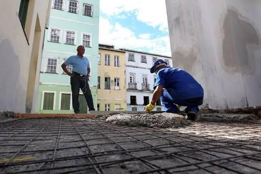 Cerca de 50 trabalhadores, entre pedreiros, pintores e eletricistas, vão deixar os três principais espaços de shows do Pelourinho prontos